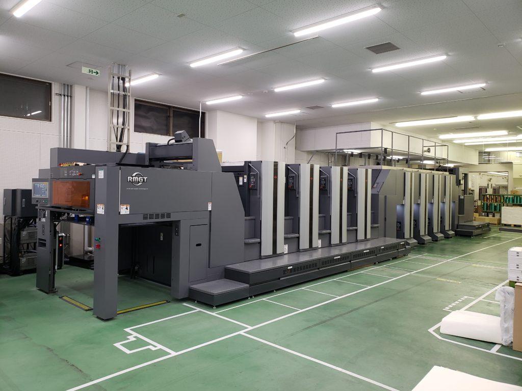 菊全判両面8色のタンデム型印刷機